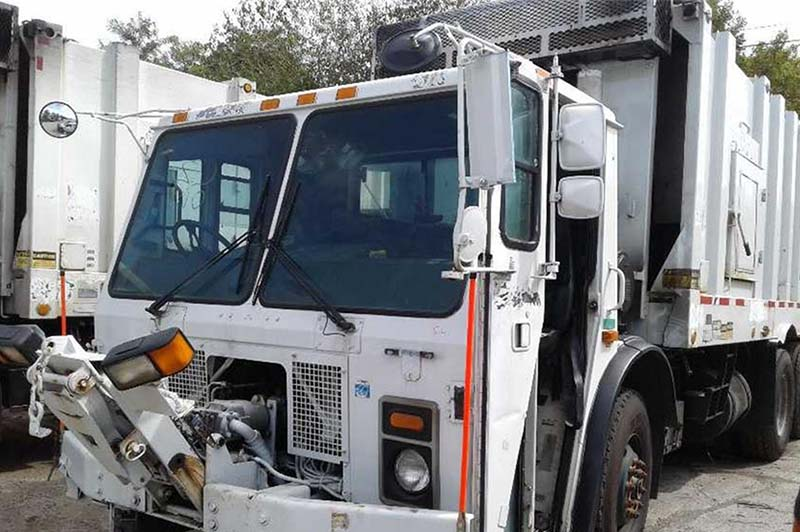 2007 used white Mack Leu 613 garbage truck parked in a lot