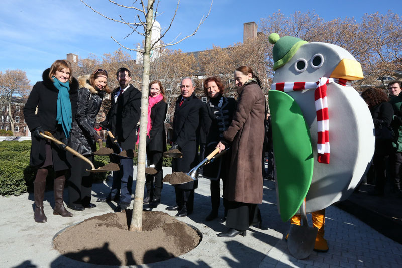 Mayor Bloomberg plants 800,000th tree in MillionTrees NYC