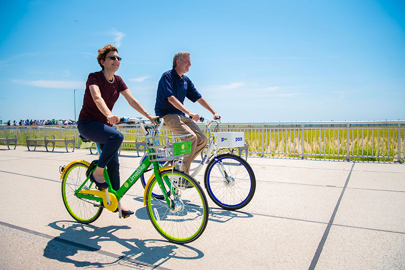 Mayor de Blasio Welcomes First Dockless Bikes to the Rockaways