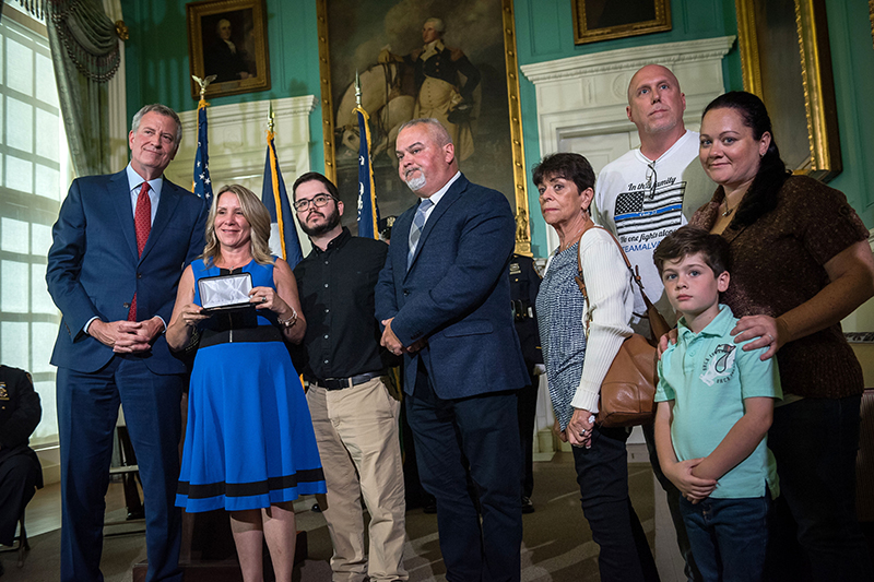Photo of Mayor de Blasio and the Alvarez Family