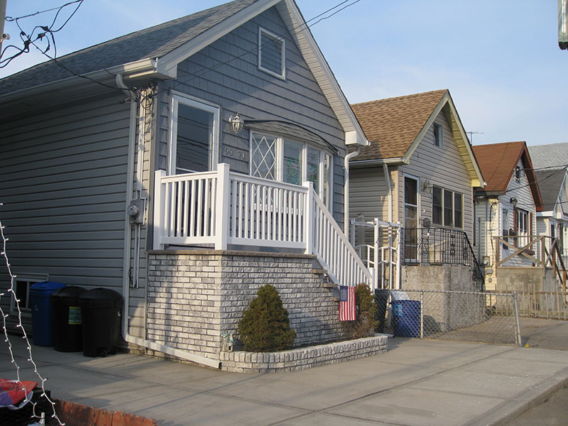 Detached houses on narrow lots in Hamilton Beach