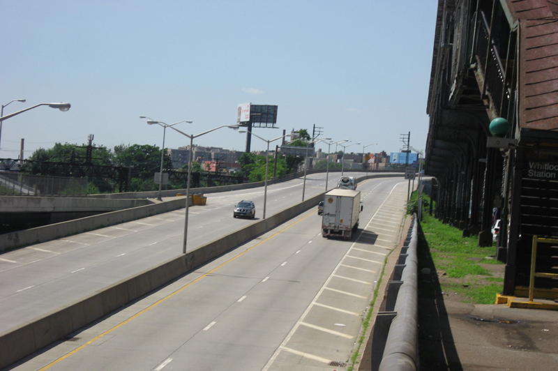 For a portion of its length south of Westchester Avenue, the Sheridan Expressway runs between the elevated 6 line (right) and below-grade Amtrak lines (left).